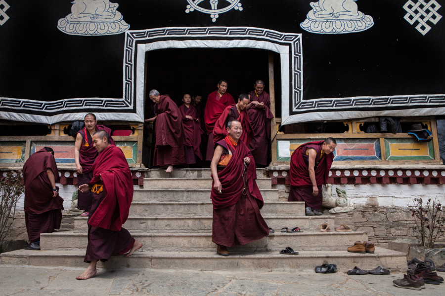 http://www.lauraportinaro.com/files/gimgs/69_after-the-puja-at-mindroling-monastery.jpg