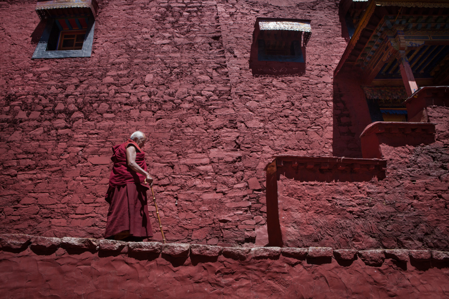 http://www.lauraportinaro.com/files/gimgs/69_old-monk-at-ganden-monastery.jpg
